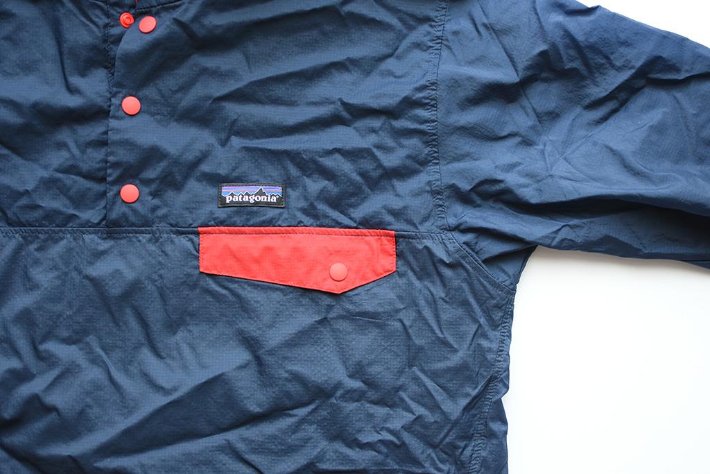 「フーディニ・スナップT・プルオーバー」の胸ポケット