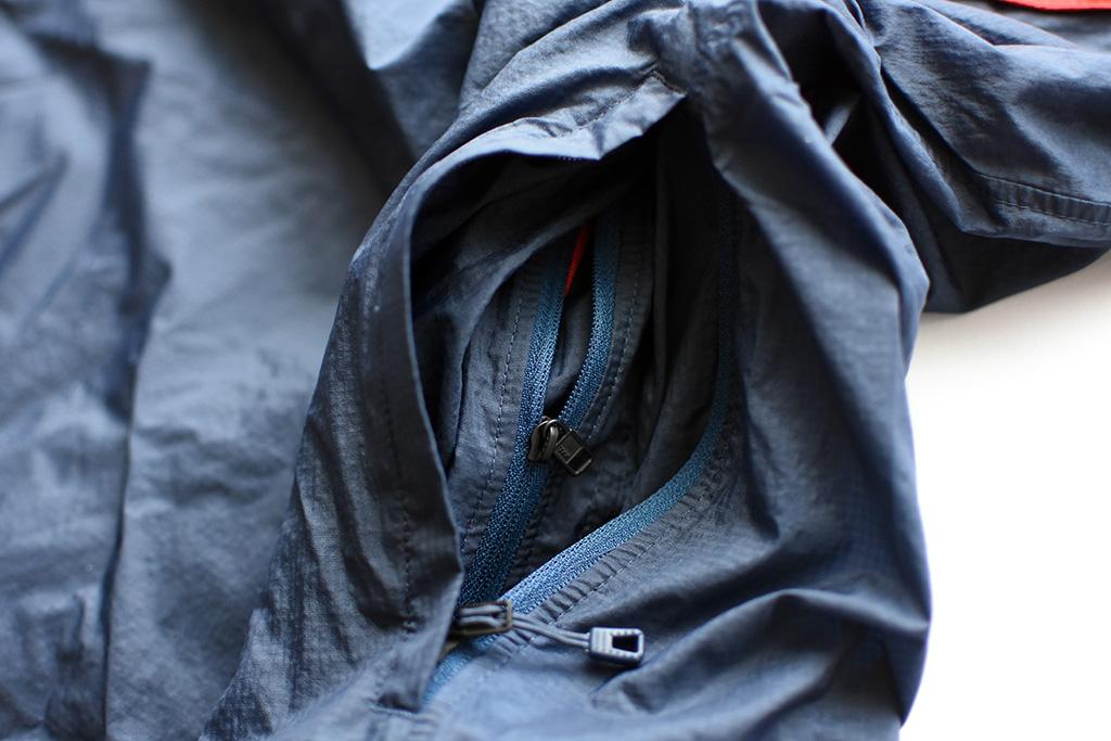 機能的な「フーディニ・スナップT・プルオーバー」のポケット